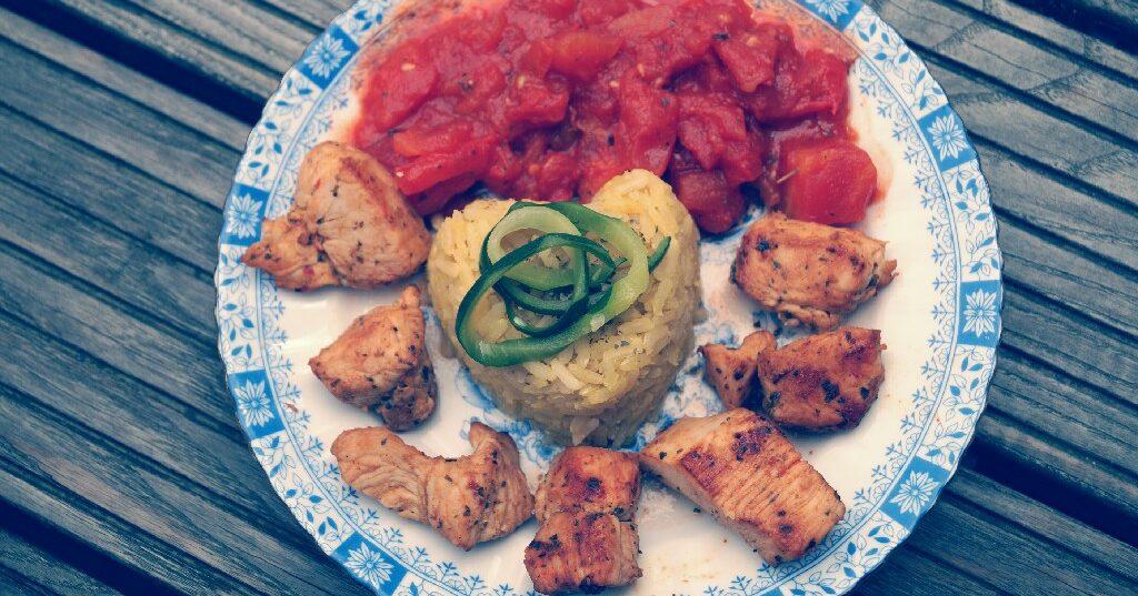 Rezept: Hähnchenbrust in Tomatensoße auf Curryreis